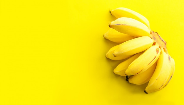Cacho de banana na fruta saudável amarela fresca
