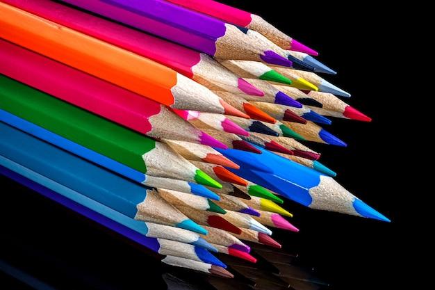Cacho de lápis de cor em preto