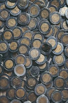 Cacho de pesos mexicanos, moedas de um peso vertical