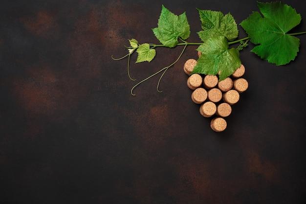 Cacho de uva de cortiça com folhas em fundo enferrujado