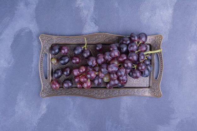Cacho de uva em bandeja metálica