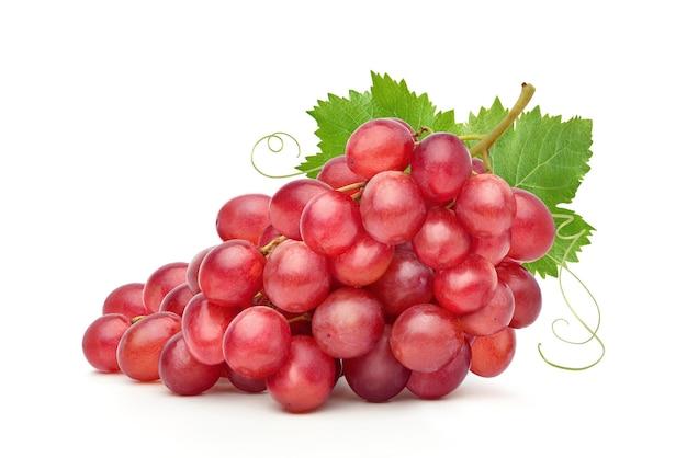 Cacho de uva vermelha com folha isolada no fundo branco.