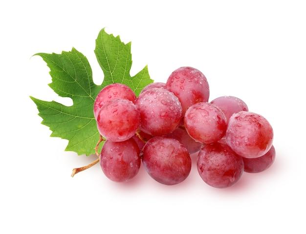 Cacho de uvas com folhas com gotas de água, isoladas no fundo branco.