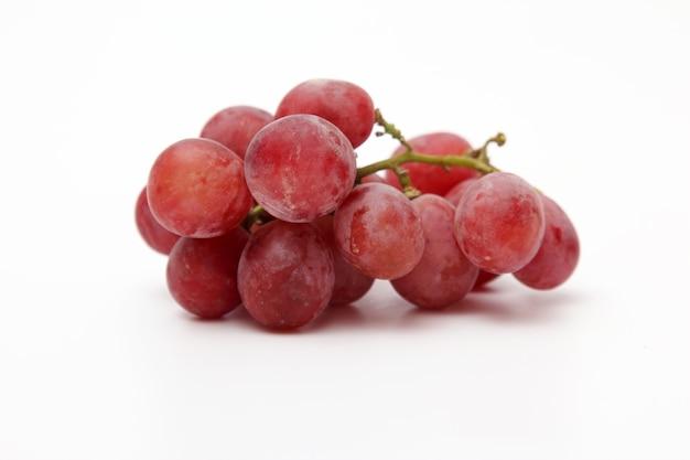 Cacho de uvas em fundo branco