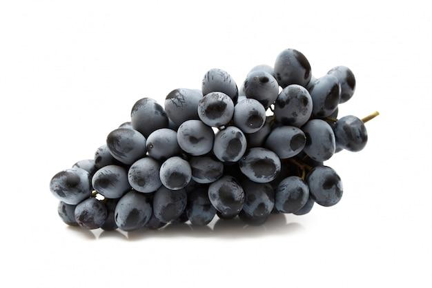 Cacho de uvas isolado no fundo branco