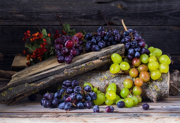 Cacho de uvas na mesa de madeira