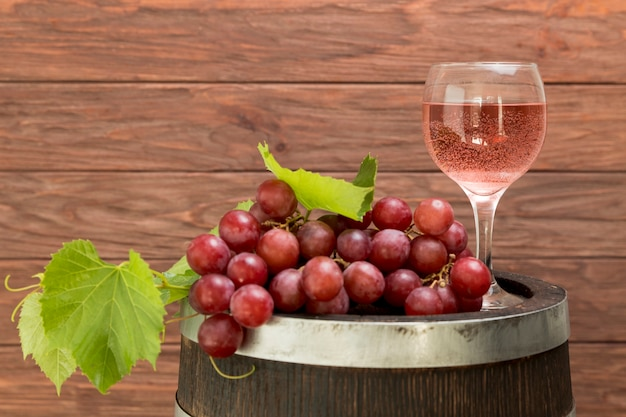Cacho de uvas no barril de madeira