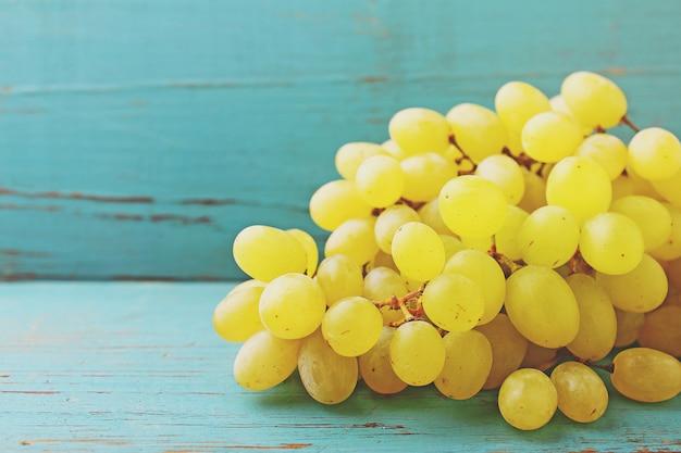 Cacho de uvas sobre um fundo azul
