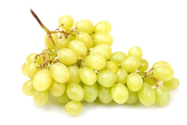 Cacho de uvas verdes frescas isoladas em branco