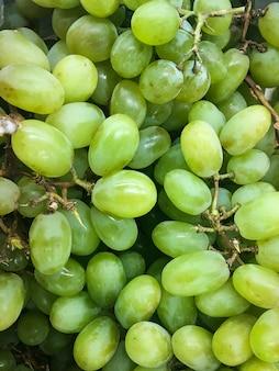 Cacho de uvas verdes na mesa