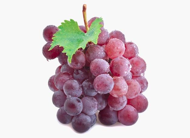Cacho de uvas vermelhas isolado no fundo branco