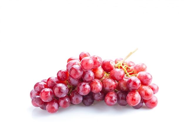 Cacho de uvas vermelho fresco isolado no branco