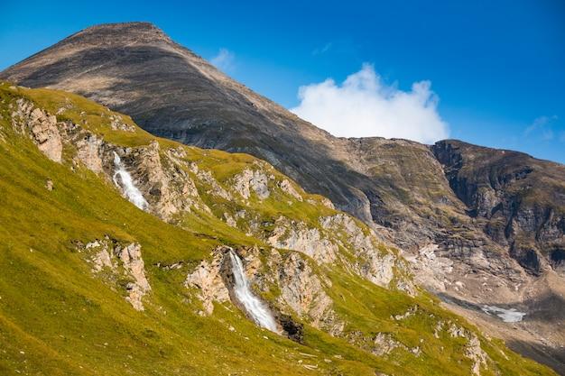 Cachoeira ao lado da estrada alpina grossglockner no parque nacional hohe tauern