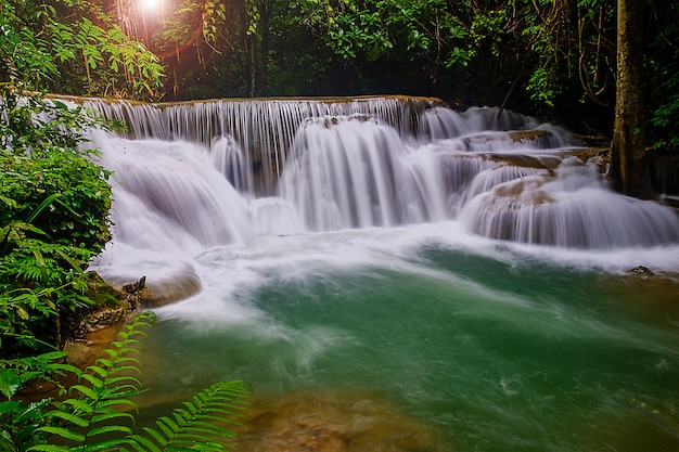 Cachoeira bela natureza em kanjanaburi, tailândia (huai mae khamin falls) e floresta