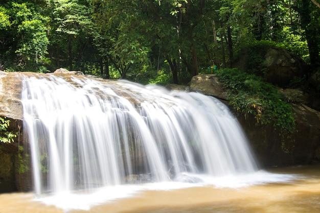 Cachoeira bela paisagem tropical no parque nacional, tailândia
