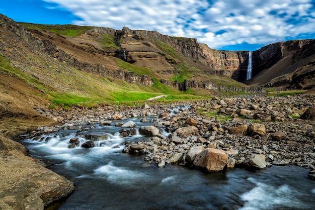 Cachoeira bonita de hengifoss no leste da islândia.