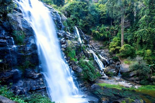 Cachoeira bonita em doi inthanon a floresta tropical, aventura íngreme da montanha na floresta tropical, tailândia