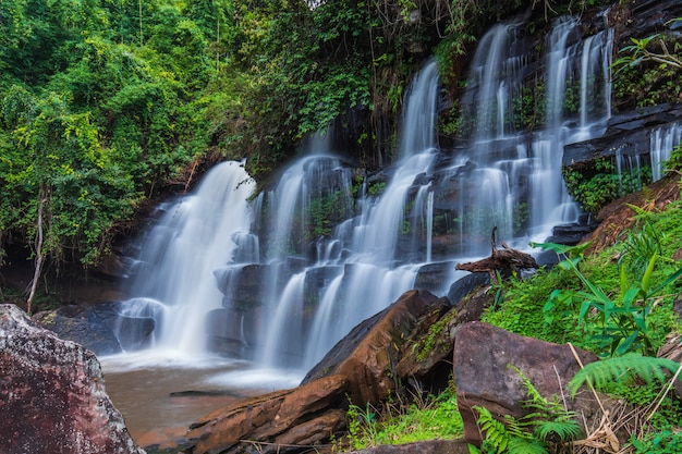 Cachoeira bonita em thailand.