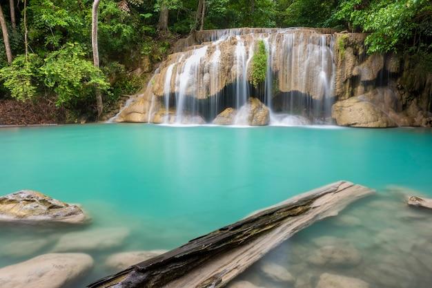 Cachoeira bonita em um parque nacional tailandês