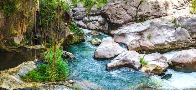 Cachoeira bonita montanha