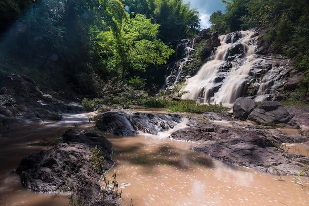 Cachoeira bonita na floresta verde, província de phetchabun, tailândia