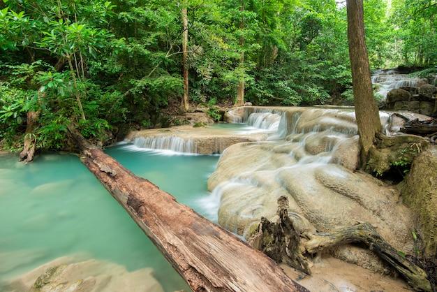 Cachoeira bonita no parque nacional da cachoeira de erawan em kanchanaburi, tailândia