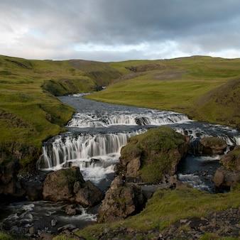 Cachoeira cascata em pastagens verdejantes