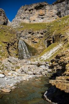 Cachoeira cola de caballo no parque nacional de ordesa e monte perdido, espanha