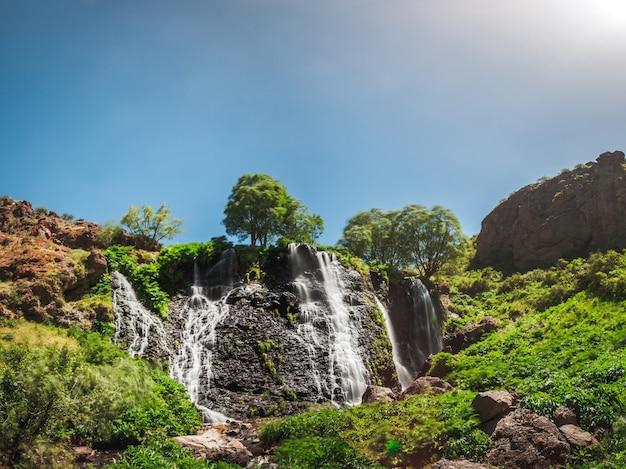 Cachoeira com céu azul