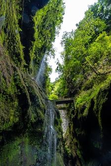 Cachoeira com pouca água no verão no cânion do parque natural los tinos, na costa nordeste