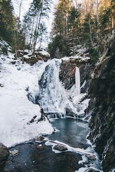 Cachoeira congelada de inverno close-up. gelo e água
