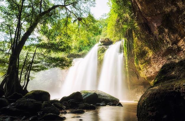 Cachoeira da caverna, cachoeira de haewsuwat no parque nacional de khao yai
