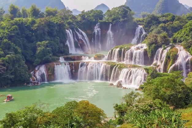 Cachoeira da costa asiática ao ar livre do paraíso
