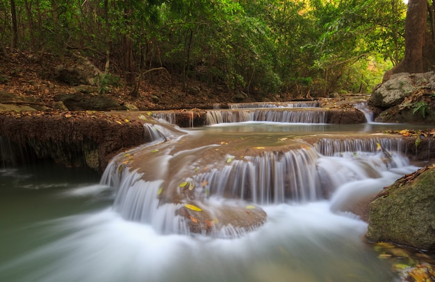 Cachoeira da floresta profunda na cachoeira erawan parque nacional kanchanaburi tailândia