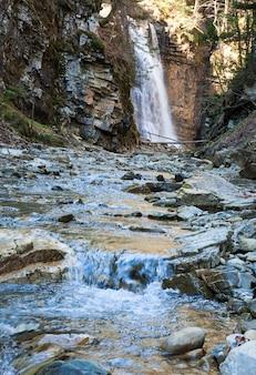 Cachoeira da montanha alta na floresta selvagem escura dos cárpatos (manjava, região de ivano-frankivsk, ucrânia. foto composta com considerável profundidade de nitidez.