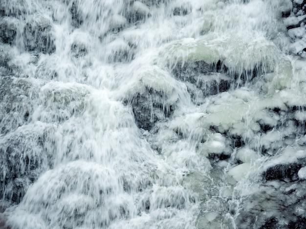 Cachoeira da montanha congelada. cachoeira com gelo. plano de fundo wiater.