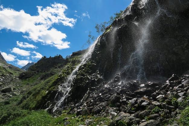 Cachoeira da montanha em dia ensolarado. montanhas altai, sibéria, rússia