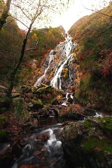 Cachoeira de aitzondo no parque natural aiako harriak, no país basco.