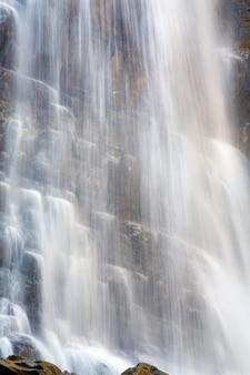 Cachoeira de alta montanha na floresta escura dos cárpatos (tiroteio de longa exposição)
