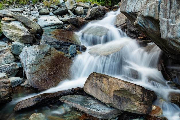 Cachoeira de bhagsu em bhagsu, himachal pradesh, índia