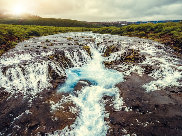 Cachoeira de bruarfoss em brekkuskogur, islândia.