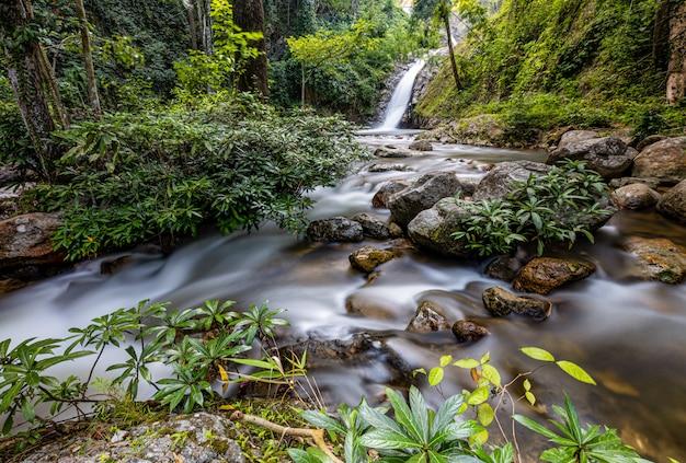 Cachoeira de chae son lampang, tailândia