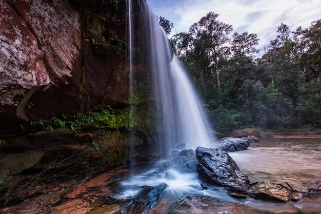 Cachoeira de chattrakan, cachoeira bonita no parque nacional phitsanulok de chattrakan, tailândia.