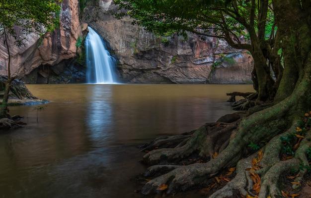 Cachoeira de chattrakan, waterwall bonito na província de pitsanulok do nationalpark de chattrakan, tailândia.