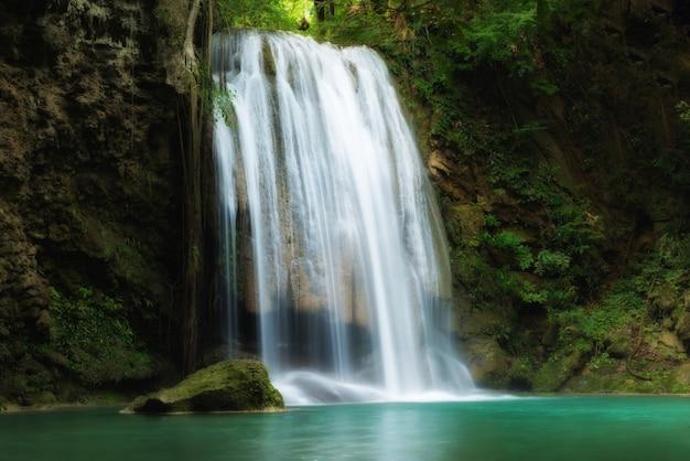 Cachoeira de erawan em kanchanaburi, tailândia.