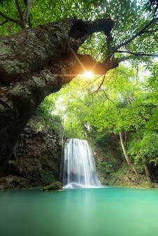 Cachoeira de erawan na província de kanchanaburi, tailândia.