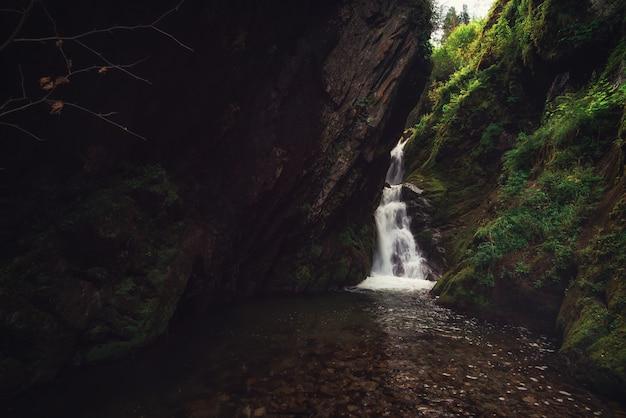 Cachoeira de estyube no lago teletskoye