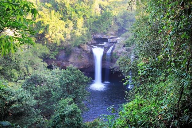 Cachoeira de haew suwat no parque nacional de kao yai tailândia