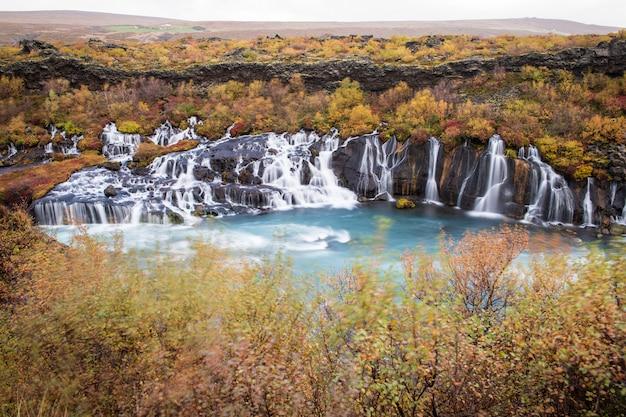 Cachoeira de hraunfossar no outono na islândia