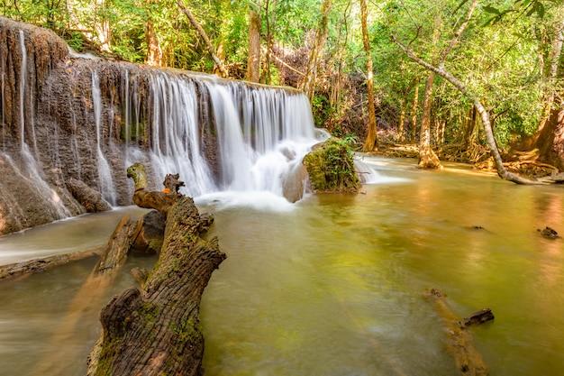 Cachoeira de huai mae khamin com a luz da manhã kanchanaburi, tailândia